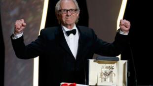 Ken Loach, vainqueur de la Palme d'Or du 69e Festival du film de Cannes, exprime sa joie à la cérémonie de clôture.