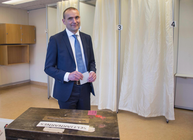 Историк Гудни Йоханнесон голосует на выборах президента Исландии в Рейкьявике, 25 июня 2016 г.