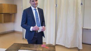 冰島歷史教授約翰尼森(Gudni Johannesson)競選總統,2016年6月25日在投票站。