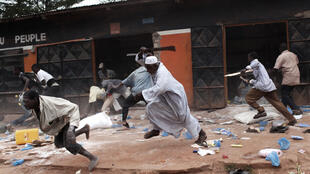 Wanamgambo wa kundi la  kikristo la Anti-balaka wakipora duka la mfanyabiashara kutoka jamii ya Waislamu, mjini Bangui.