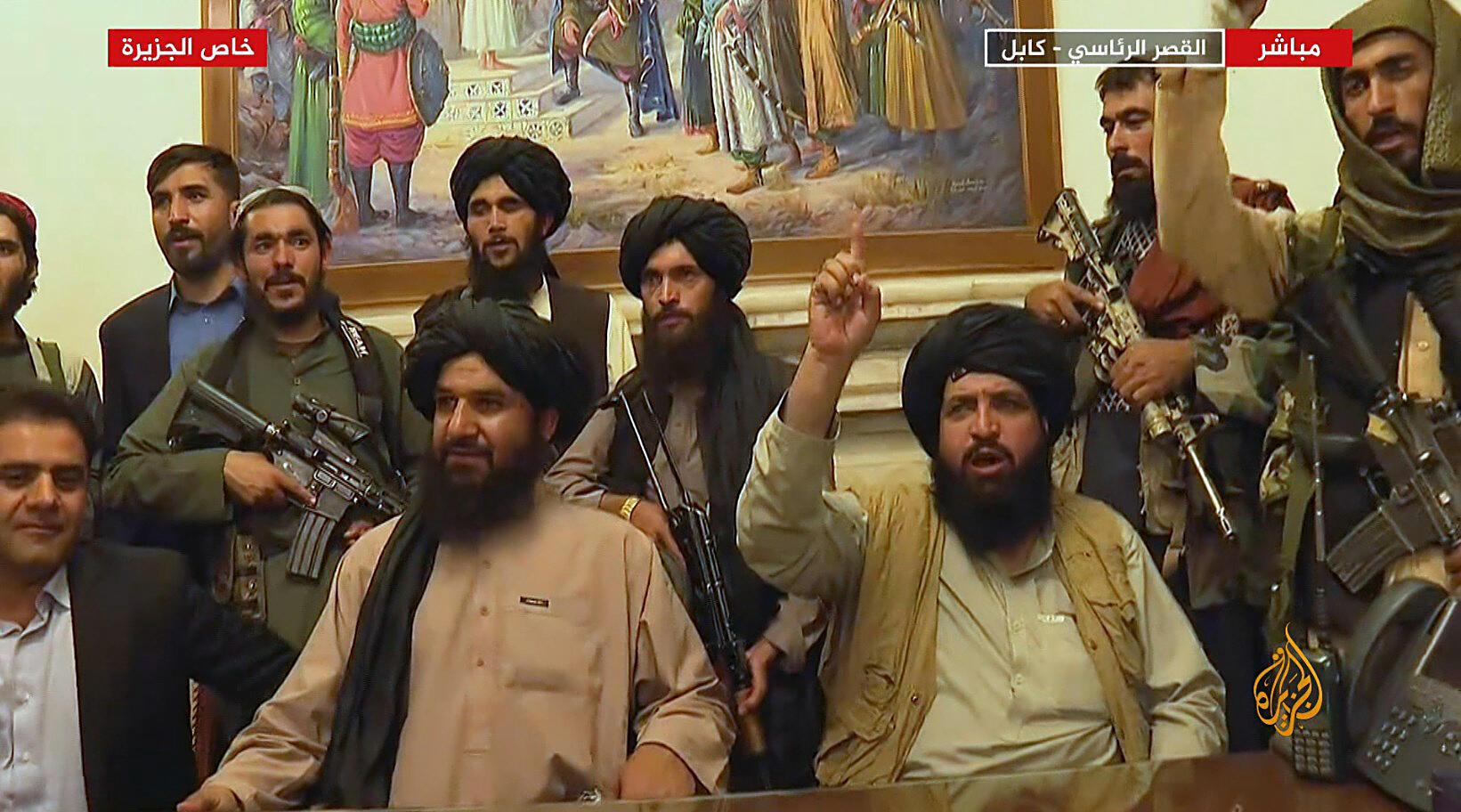 Captura de imagen de la televisión Al-Jazeera del 16 de agosto de 2021 que muestra a los talibanes en el palacio presidencial de Kabul