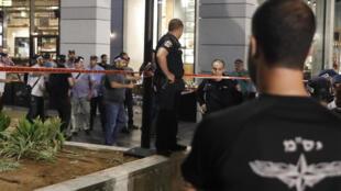 Forças  de segurança  diante de um centro comercial numa zona muito frequentada  de Tel-Aviv, situada próximo do edifício  do Ministério da Defesa , onde teve lugar o atentado. 09 de Junho  de 2016