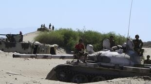 Des soldats de l'armée yéménite assis sur un tank dans le sud de Zinjibar où ont lieu des affrontements avec des membres d'al-Qaïda. Photo du 11 mai 2012.