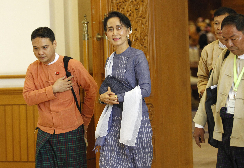Bà Aung San Suu Kyi sau cuộc họp của Hạ viện Miến Điện ngày 11/03/2016.