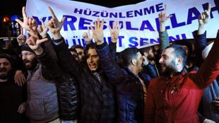 Dans l'après-midi de mercredi, des manifestants islamistes ont été interpellés par la police alors qu'ils voulaient protester devant les locaux du journal Cumhuriyet, à Istanbul.