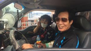 Sur les collines de Busan, les marchands en petits camions sont appréciés des personnes âgées aux déplacements limités et peu à l'aise avec internet. Ici la vendeuse de légumes et son mari.