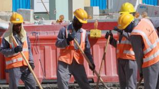 Des travailleurs immigrés sur un site de construction à Doha, le 16 novembre 2015.