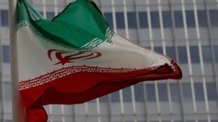Bandeira iraniana diante da sede da Agência Internacional de Energia Atômica (AIEA), em Viena, onde foi assinado o acordo entre Teerã e as potências internacionais.