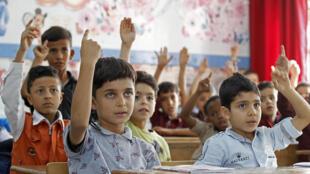 Des élèves réfugiés palestiniens suivent une leçon dans une école de l'Office de secours et de travaux des Nations Unies, UNRWA, dans le camp de réfugiés palestiniens de Baqa'a, près d'Amman, le 2 septembre 2018.