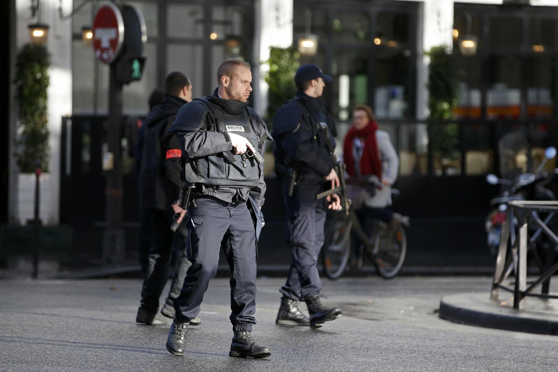 """O homem abatido teria gritado """"Alá é grande"""" ao tentar invadir, armado com uma faca, delegacia do 18° distrito de Paris."""