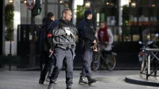 Um homem foi abatido pela polícia diante de uma esquadra do 18° bairro de Paris.