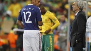法國隊中國隊員提耶·亨利(Thierry Henry)與教練多梅內克(Raymond Domenech)2010六月二十二日在南非法國隊與南非隊比賽前。