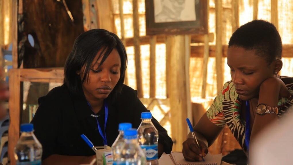 Agnes Nyahoga (Mwenye nwele fupi)akijadili na mwenzake kuhusu Ubunifu jijini Dar es salaam