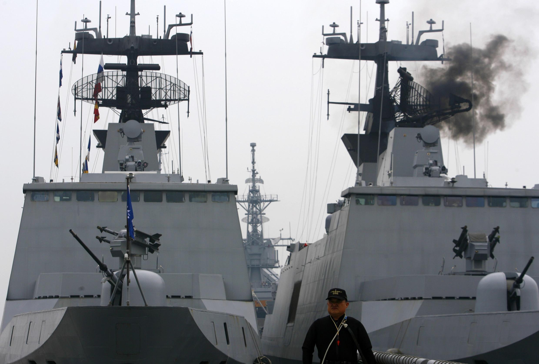 2010年一月二十六日中國海軍在台灣南部高雄附近海域軍演。