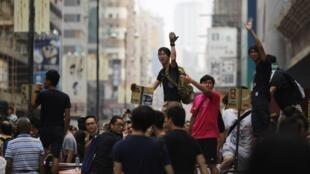 Cảnh sinh viên biểu tinh  cầu viện : rào cản của họ đang  bị dở bỏ. Ảnh chụp tại khu thương mại Mong Kok, Hồng Kông, ngày 04/10/2014.