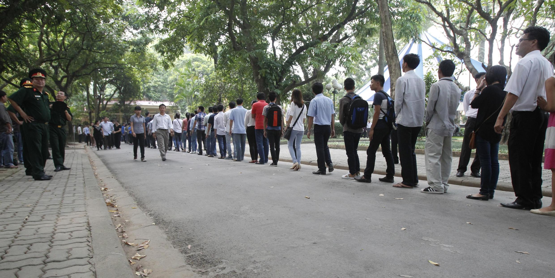 Người dân xếp hàng trước số 30 Hoàng Diệu (Hà Nội) để chờ đến phiên vào tưởng niệm cố Đại tướng Võ Nguyên Giáp. Ảnh chụp ngày 06/10/2013.