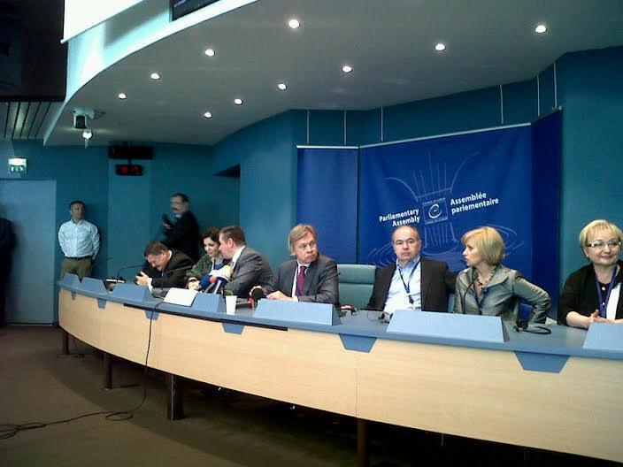 Алексей Пушков (в центре) на пресс-конференции в ПАСЕ в Страсбурге