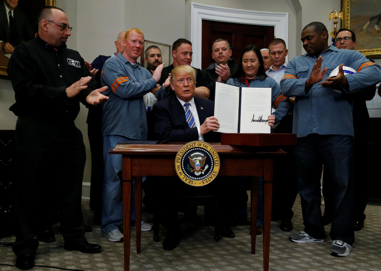Трамп подписал указ о введении импортных пошлин на сталь и алюминий в окружении рабочих, 8 марта 2018 г.