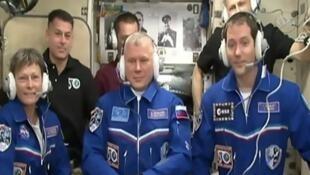 De gauche à droite: l'Américaine Peggy Whitson, le Russe Oleg Novitsky et le Français Thomas Pesquet, le 19 novembre 2016 après leur arrivée à l'ISS.