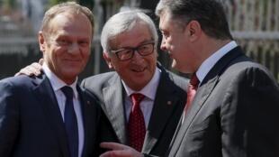 Президент Евросоюза Дональд Туск, президент Еврокомиссии Жан-Клод Юнкер и президент Украины Петр Порошенко в Киеве 27 апреля 2015.