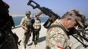 Des combattants peshmergas au barrage de Mossoul, en août 2014, dans le nord de l'Irak.