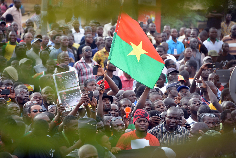 La foule venue accueillir Mariam Sankara à l'aéroport de Ouagadougou, le 14 mai 2015.