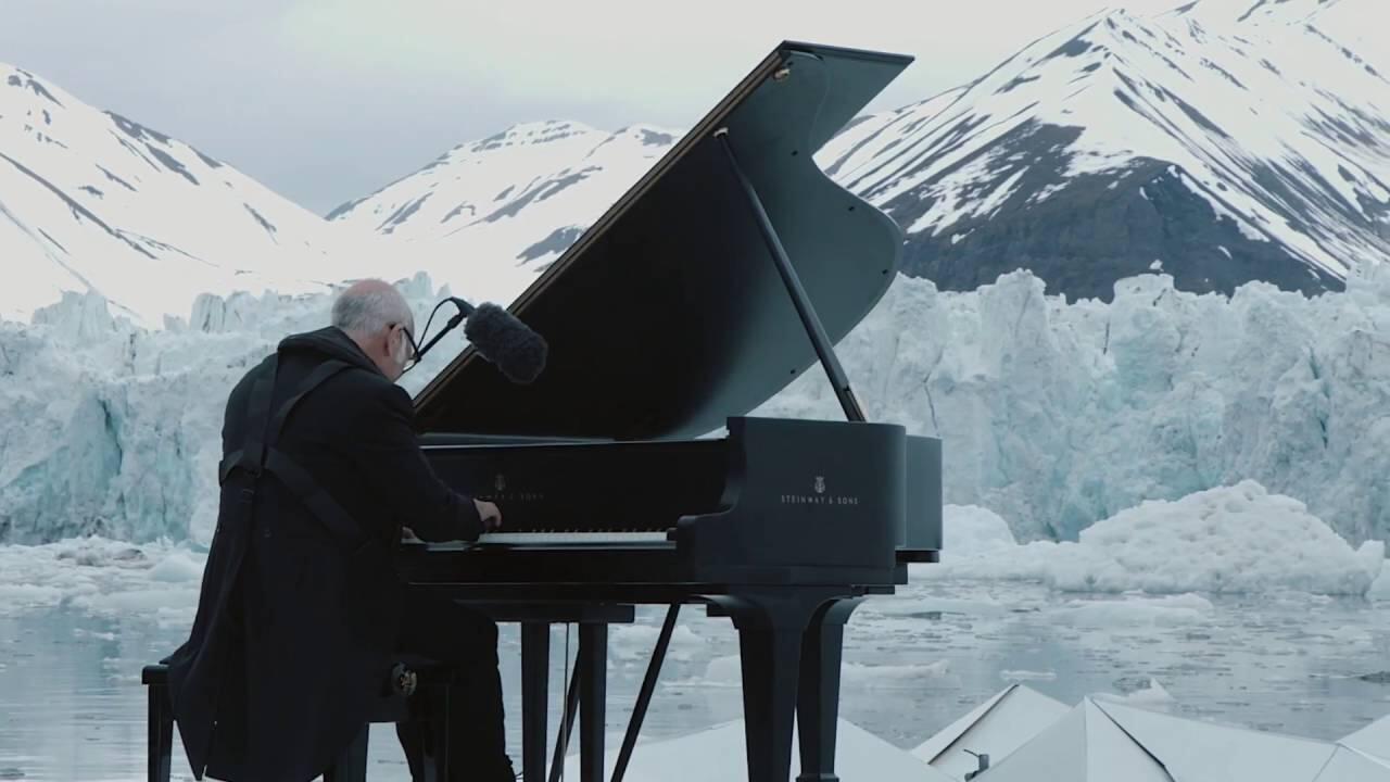 Nhà soạn nhạc Ý Ludovico Einaudi chơi một bản nhạc trên biển băng đang tan, Na Uy, 17/06/2016, để kêu gọi cứu Bắc Cực