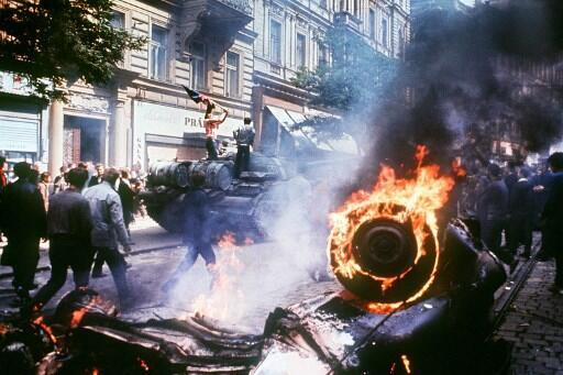 Moradores de Karlovy Vary carregando uma bandeira da Tchecoslováquia tentam deter um tanque soviético em 21 de agosto de 1968, quando a invasão liderada pelos soviéticos pelos exércitos do Pacto de Varsóvia esmagou a chamada reforma da Primavera de Praga.