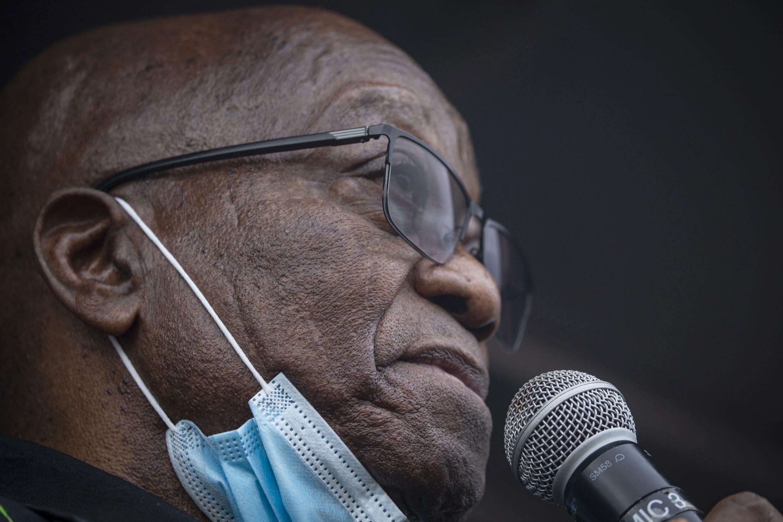 El expresidente sudafricano Jacob Zuma, durante un discurso ante sus seguidores, frente a su casa, en Nkandla (este), el 4 de julio de 2021