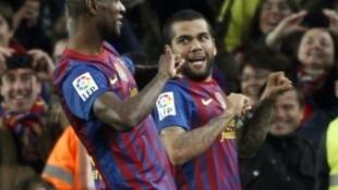 Daniel Alves e Eric Abidal comemorando gol no jogo do Barcelona contra o Real Madrid em 25/01/12.