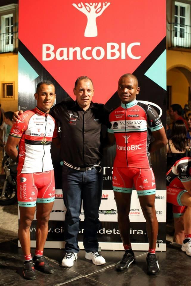 Os dois ciclistas angolanos da BIC/CARMIM, Igor Silva e Walter Silva, acompanhados pelo director desportuvo Vidal Fitas