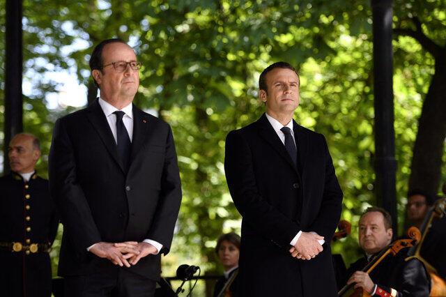 Presidente François Hollande (à dir.) e Emmanuel Macron assistem a cerimônia em homenagem aos escravos no Jardim de Luxemburgo, em 10 de maio de 2017
