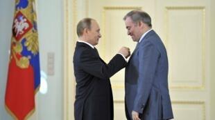 Tổng thống Nga Vladimir Putin (trái) gắn huân chương Anh hùng lao động cho Valeri Guerguiev, giám đốc nhà hát Mariinski ở Saint-Pétersbourg, ngày 01/05/2013.