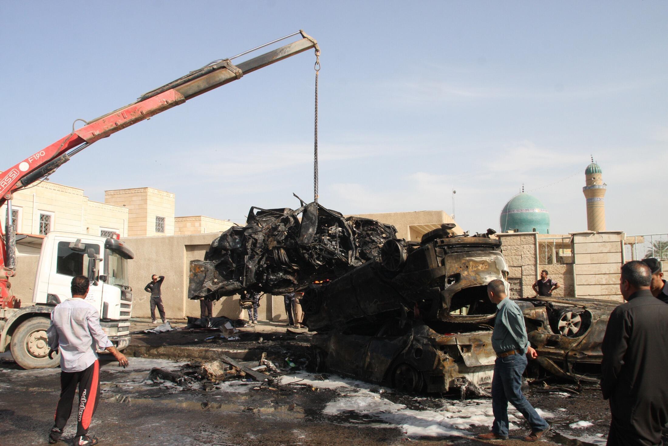 Um veículo queimado é retirado do local de um atentado a bomba em Bagdá, na última sexta-feira, 29 de março de 2013.