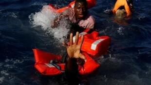 Des migrants au large des côtes de Libye, en 2017.