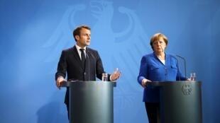 امانوئل ماکرون رئیس جمهوری فرانسه و آنگلا مرکل صدراعظم آلمان در کنفرانس مطبوعاتی پس از اجلاس ویژه برای حل بحران مرزی میان صربستان و کوسوو – برلین، ٢٩ آوریل ٢٠١٩