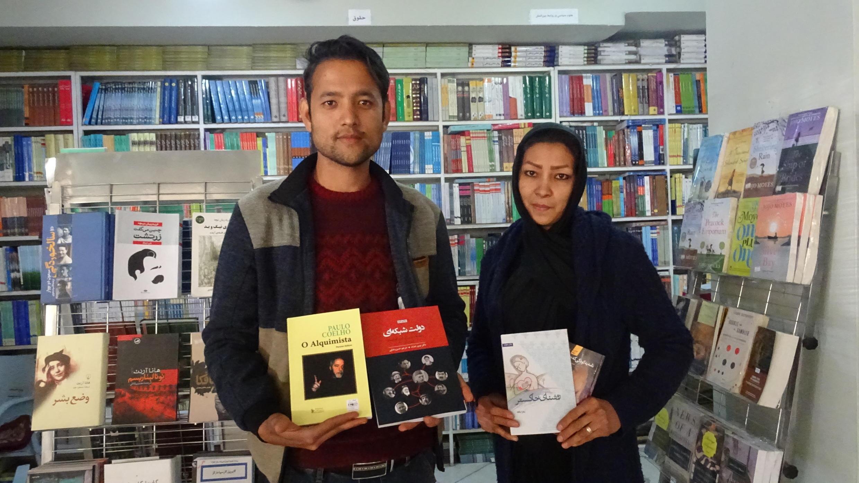 Hamida et son beau-frère dans la librairie familiale Wajah.