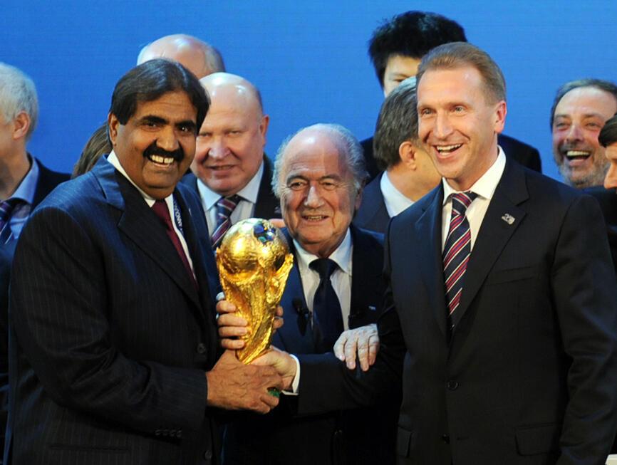 L'ex-Cheikh du Qatar Hamad bin Khalifa Al Thani (à gauche) et l'homme politique russe Igor Shuvalov (à droite) avec Joseph Blatter (au centre), en 2010.