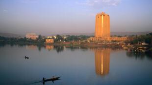 Vue de Bamako, le long du fleuve Niger, avec au premier plan l'immeuble de la Banque centrale des Etats d'Afrique de l'Ouest (BCEAO).