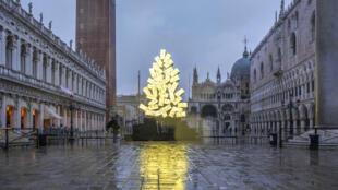 2020-12-05 italy venice digital christmas tree Fabrizio Plessi St Mark's Square coronavirus covid-19