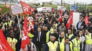 Striking employees demonstrate in front of the Air France headquarters building at Charles de Gaulle International Airport in Roissy, near Paris, 5 October 2015