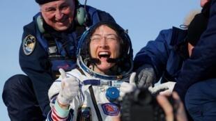 Astronauta americana Christina Koch passou quase um ano no espaço. A aterrissagem ocorreu no Cazaquistão, em 6 de fevereiro de 2020.