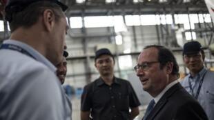 François Hollande à l'usine Airbus de Tianjin, le 24 mai 2018.