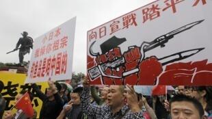 """Những người biểu tình chống Nhật tại Thành Đô ngày 16/09/2012. Dòng chữ trên biểu ngữ bên phải: """"Hãy khởi chiến với Nhật Bản!"""""""