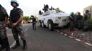 Forças de segurança da ONU junto ao hotel onde se encontra Alassane Ouattara.