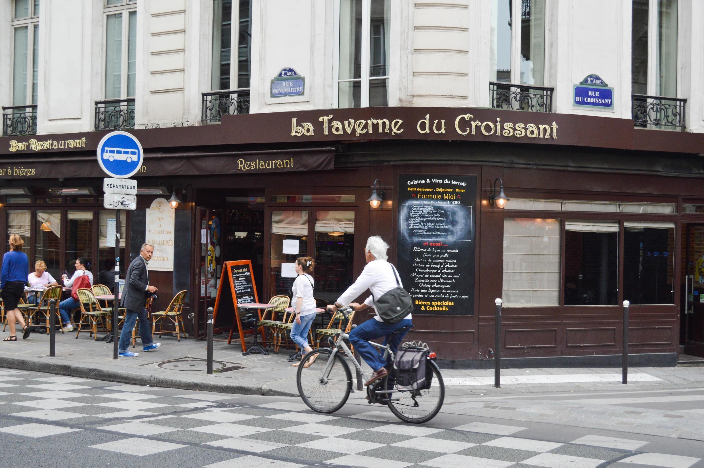 Située au 146, rue Montmartre, à Paris, la Taverne du Croissant accueille essentiellement une clientèle de bureau.