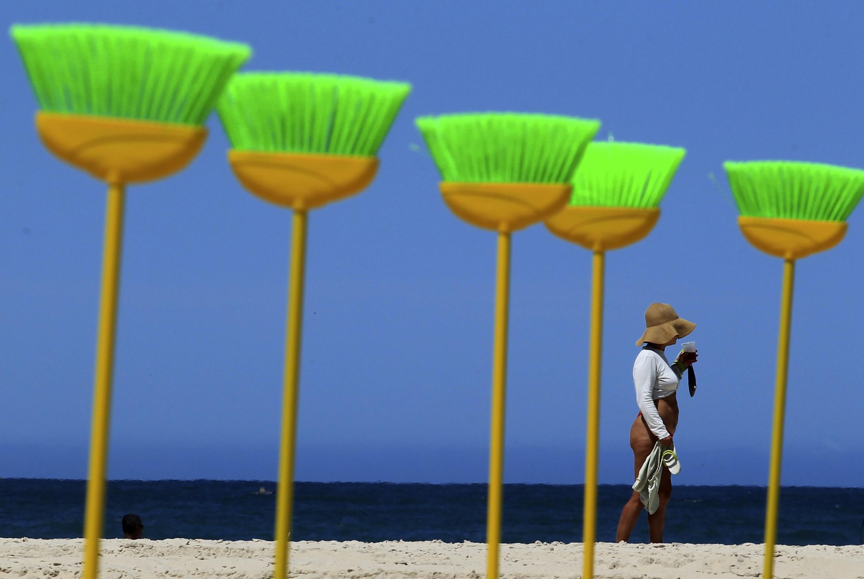ONG fincou centenas de vassouras na praia de Copacabana em protesto contra a corrupção.