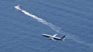 Un buque japonés y un avión estadounidense buscando los restos del F-35A, el pasado 10 de abril, un día después del accidente.