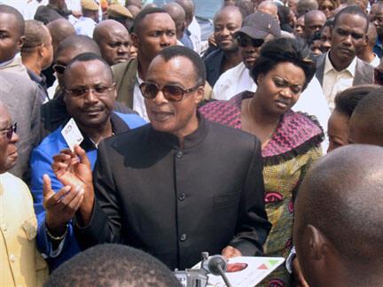 Shugaban kasar Congo Brazzaville Dennis Sassou Nguesso tare da dandazon magoya bayan sa.