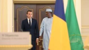 Emmanuel Macron et Idriss Déby (à dr.), lors du sommet de leur conférence de presse commune, le 23 décembre 2018, à Ndjaména.